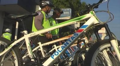 Hemat BBM, Polisi Patroli Pakai Sepeda