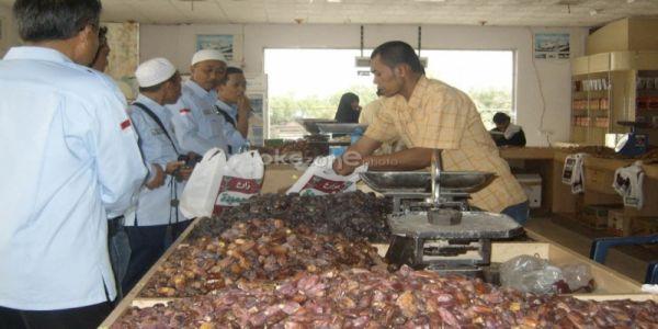 Pedagang Kurma di Kampung Arab Empang Raup Rezeki