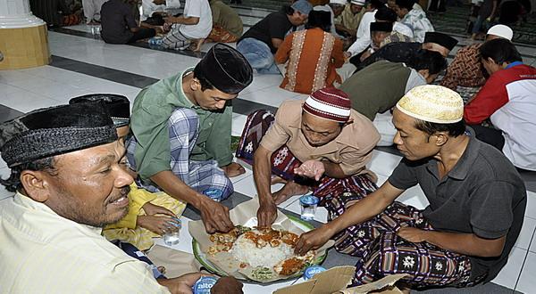 Tradisi Mengarak Telur di Kampung Islam Kepaon