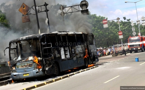 Bus Transjakarta Terbakar di Halte UI Salemba