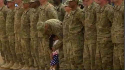 Gadis Kecil Peluk Ayahnya saat Acara Militer