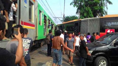 Kronologi Kecelakaan Bus Transjakarta dengan KRL di Kedoya