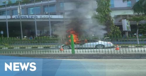 News Flash: Mobil Sedan Meledak di Atrium Senen