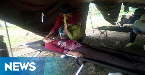 Kelelahan, Puluhan Guru Honorer Datangi Pos Kesehatan