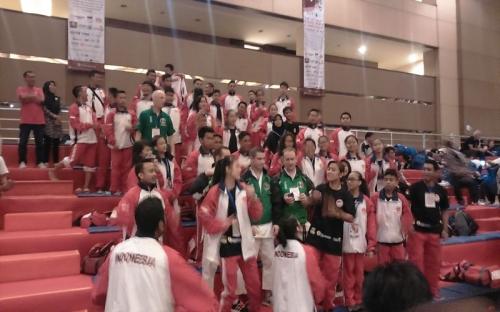 Semangat Karateka Indonesia Menarik Perhatian Kontingen Irlandia dan Italia