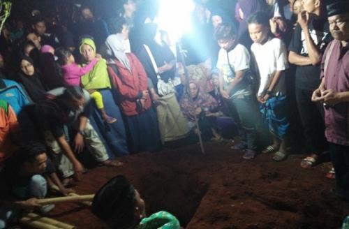Isak Tangis Iringi Pemakaman Mahasiswi UMJ di TPU Ganceng