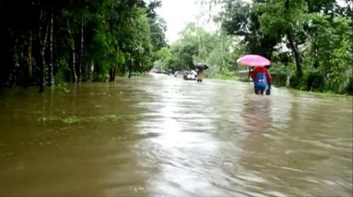 Ya Ampun... Sibuk Selfie di Tengah Banjir, Dua Remaja Bangladesh Tewas Terseret Arus