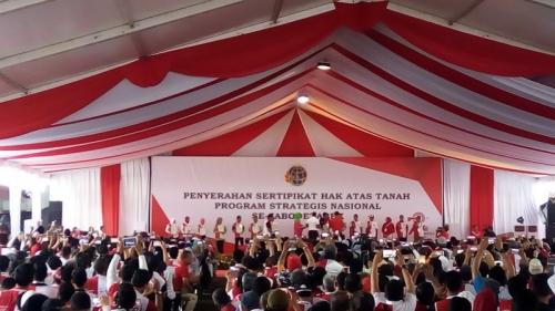 Presiden Jokowi Serahkan Sertifikat Hak Atas Tanah Monas dan Taman BMW ke Gubernur DKI