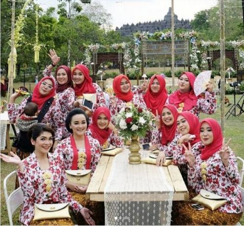 Manisnya Para Pagar Ayu di Pernikahan Vicky Shu dengan Kebaya Kutu Baru Motif Bunga