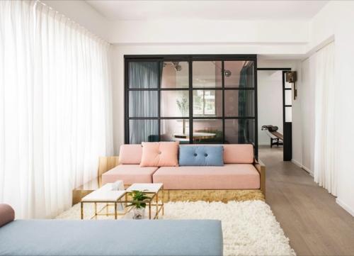 Kolaborasi Warna Pastel dan Aksen Emas, Ciptakan Desain Ruang Super Nyaman di Apartemen