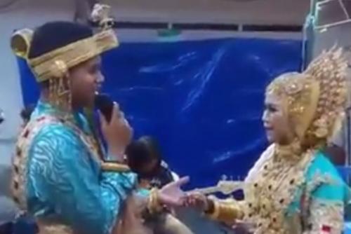 VIRAL! Pengantin Pria Nyanyikan Lagu ke Mempelai Wanita, Aksinya Bikin Penonton Baper