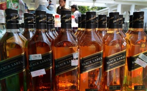 """Polisi Sita Ratusan Minuman Alkohol """"Cap Tikus"""" di Kapal KM Marina Bay"""