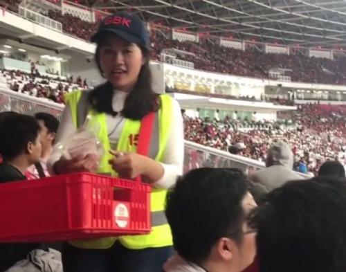 Gadis Penjual Air Mineral Tersipu Malu saat 'Digoda' Presenter Bola di Stadion GBK