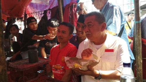 Di Pasar Citeureup, Demiz: Lagi Makan Malah Diliatin, Sini Saya Traktir