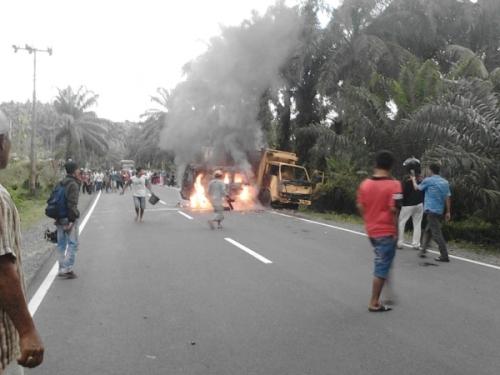 Tabrakan Truk dan Minibus, Seorang Sopir Tewas Terbakar