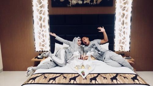 Hot, Angel Lelga dan Vicky Prasetyo Unggah Foto Mesra di Atas Ranjang