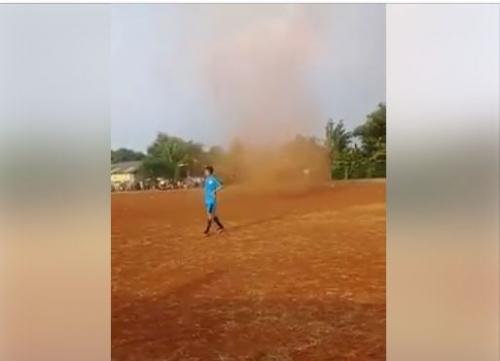 Viral Video Puting Beliung Muncul di Tengah Lapangan Bola